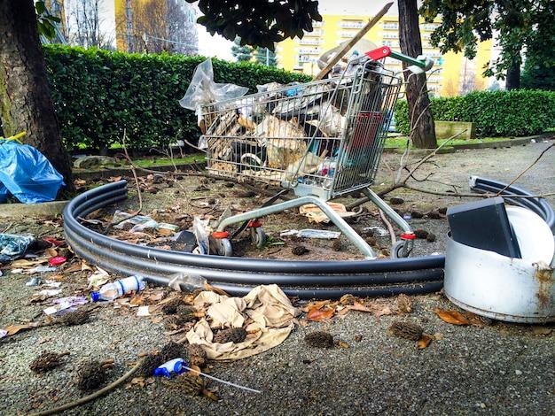 Déchets urbains abandonnés dans les zones urbaines