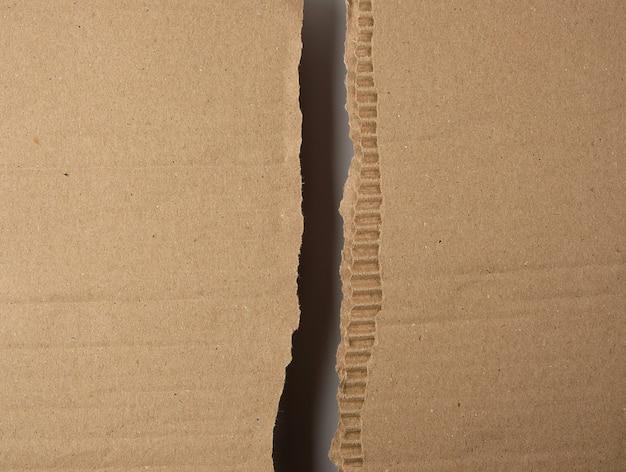 Déchiré en deux feuilles de papier brun sous la boîte