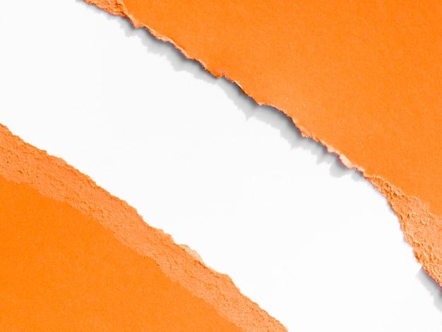 Déchirure diagonale dans le papier