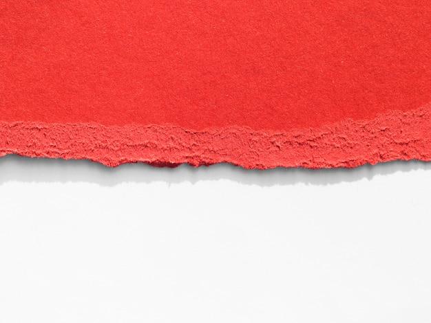 Déchirure de papier rouge fraîche