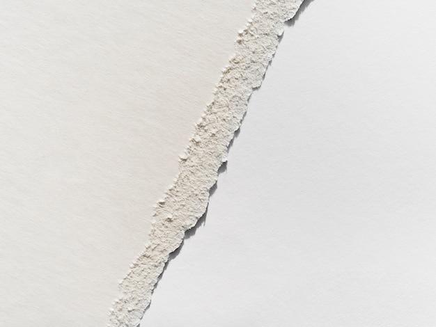Déchirure de surface sur papier gris