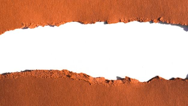 Déchirures horizontales dans les couches de papier