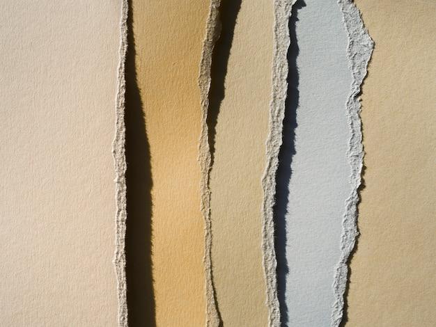 Déchirures verticales en papier de couleur