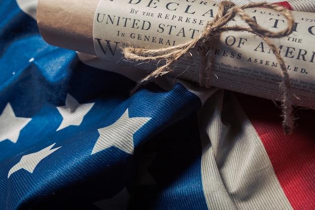 Déclaration d'indépendance des états-unis sur un drapeau de betsy ross