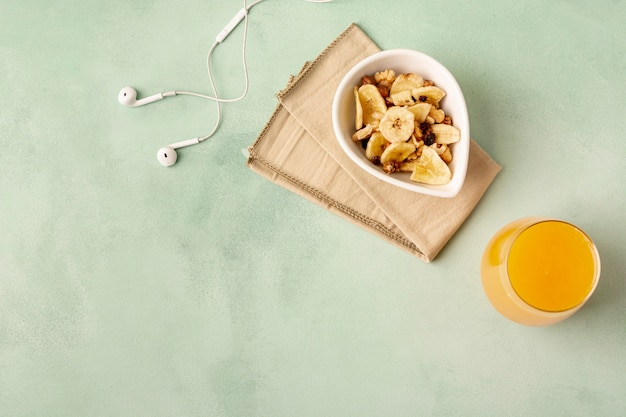 Déco plate avec petit-déjeuner et casque