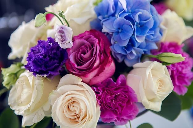 Déco table ronde design rayé violet lilas au milieu et nappe blanche