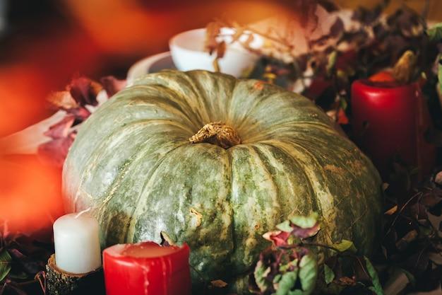 Décor d'action de grâces d'automne avec bougie et citrouilles en gros plan