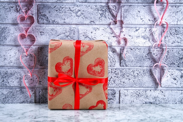 Décor de bricolage le 14 février. un cadeau et une bougie pour le bricolage de la saint-valentin.