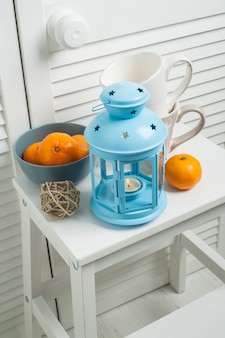 Décor de chambre blanc hiver avec bougie bleue