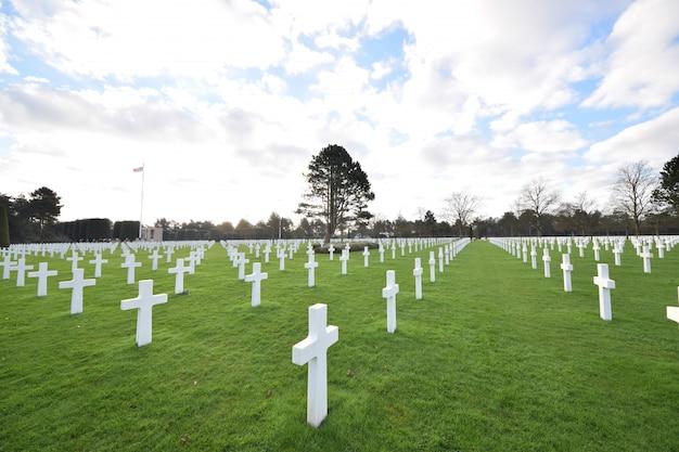 Décor d'un cimetière pour les soldats morts pendant la seconde guerre mondiale en normandie