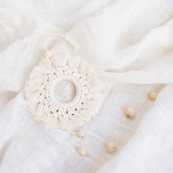Décor coton macramé. matériaux naturels - fil de coton, perles de bois. décorations écologiques, ornements, décor fait à la main. espace de copie