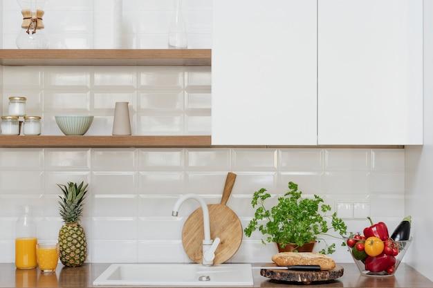 Décor de cuisine à la maison moderne avec une planche à découper