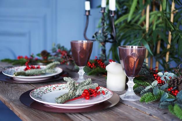 Décor de dîner de noël et nouvel an sur fond bleu