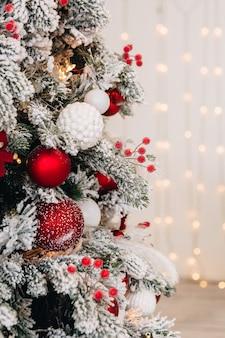 Décor du nouvel an et sapin de noël décoré avec des cadeaux du nouvel an
