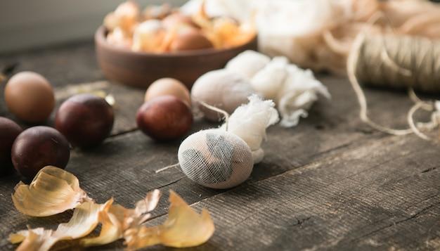 Décor écologique. œufs De Pâques Bouillis Dans Des Pelures D'oignons Photo Premium