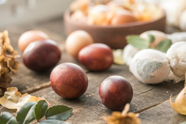 Décor écologique. œufs de pâques bouillis dans des pelures d'oignons