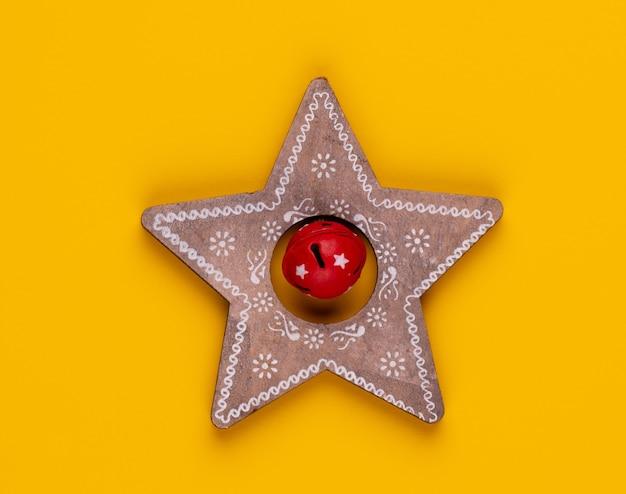 Décor d'étoile de noël sur couleur jaune.