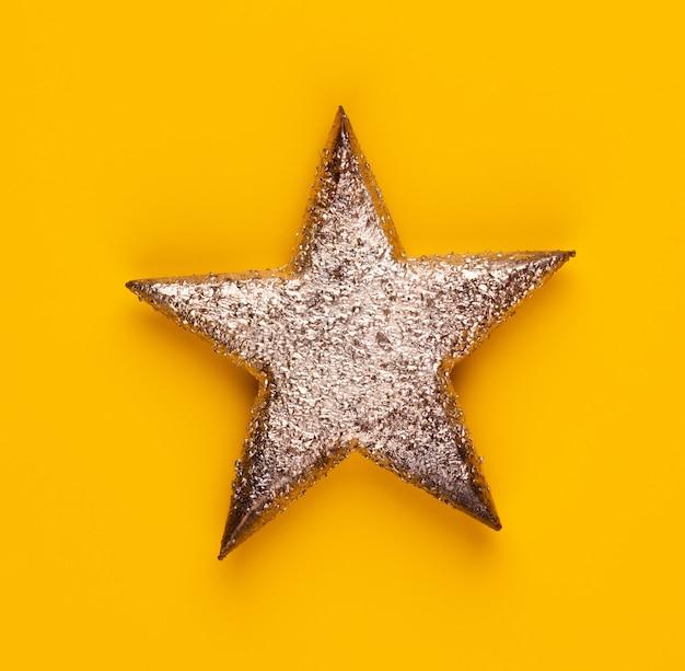 Décor d'étoile de noël sur fond de couleur jaune