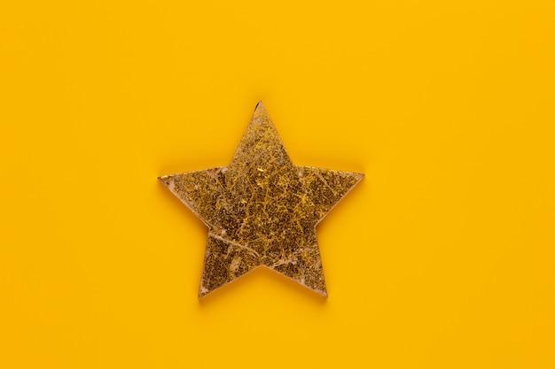 Décor d'étoile de noël sur fond jaune