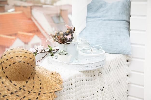 Décor de fenêtre confortable avec rebord, oreiller, chapeau, pique-nique à la maison. point d'observation