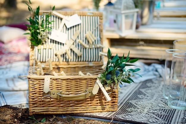 Décor de fête de style bohème dans la forêt. décoration de fête pour une enterrement de vie de jeune fille.