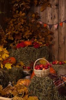 Décor de foin d'automne avec des citrouilles dans un style rustique