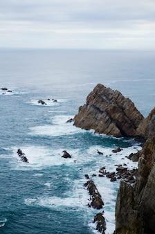 Décor d'une formation rocheuse près de l'océan dans les asturies, espagne