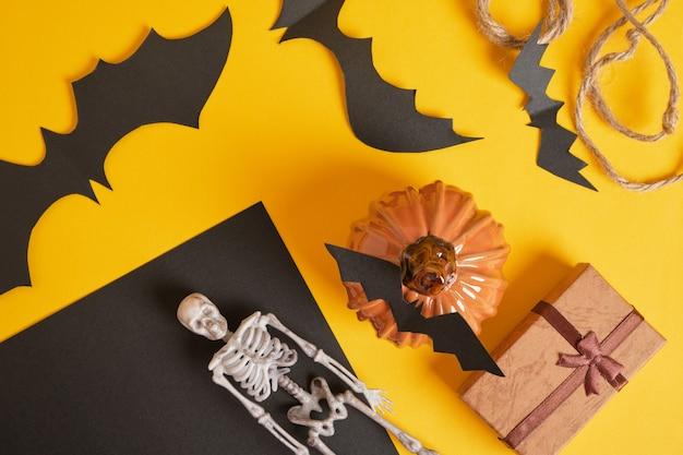 Décor d'halloween et coffrets cadeaux sur jaune