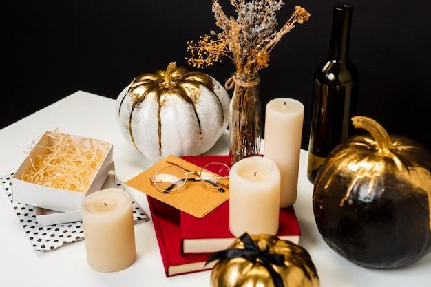Décor d'halloween sur table blanche sur surface noire