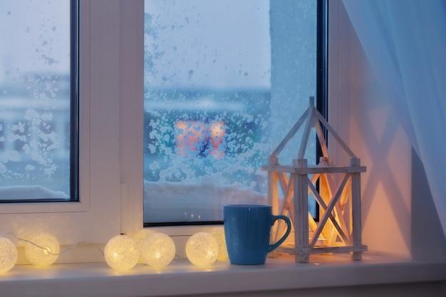 Décor d'hiver avec bougies et guirlande