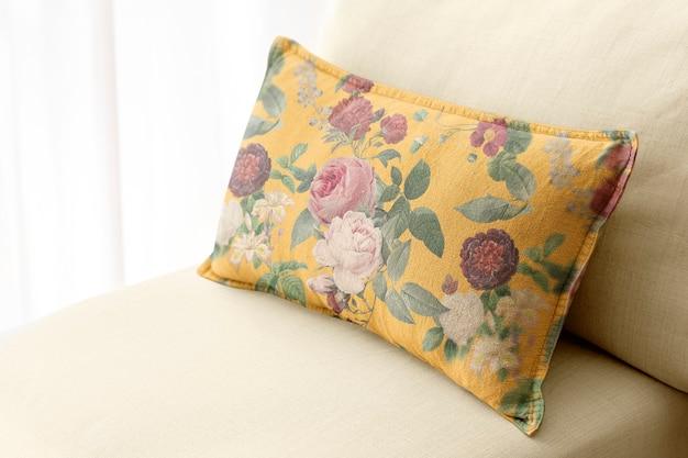 Décor à la maison de coussin floral, sur un canapé
