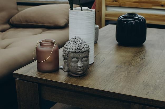 Décor à la maison avec tête de bouddha sur la table