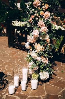 Décor de mariage, bougies en flacons de verre.