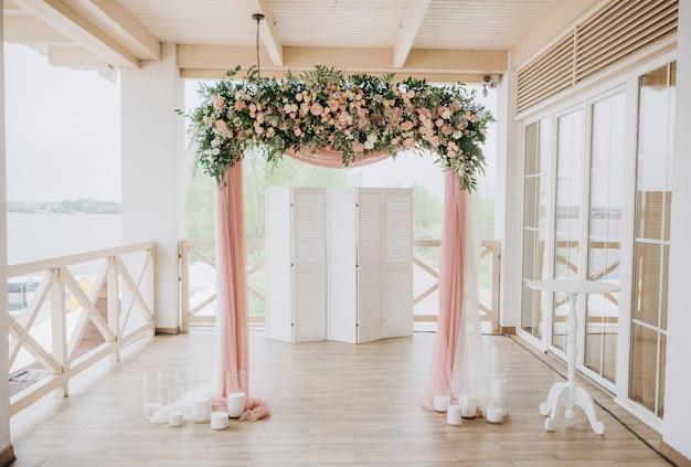 Décor de mariage fleurs carte postale chaises cérémonie à l'extérieur