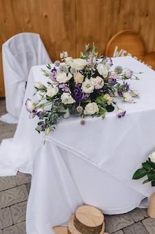 Décor de mariage, fleurs et motifs floraux lors du banquet et de la cérémonie