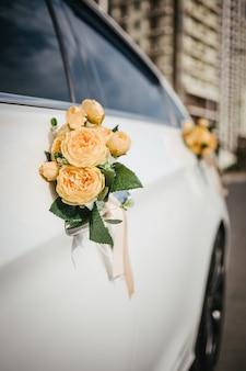 Décor de mariage sur la poignée de la voiture
