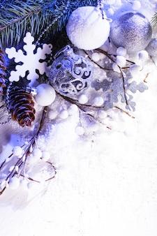 Décor de noël blanc et argent avec lumière bleue