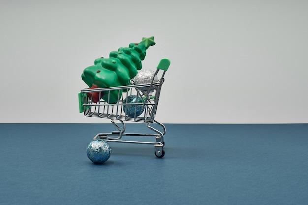 Décor de noël dans un panier shopping pour les vacances