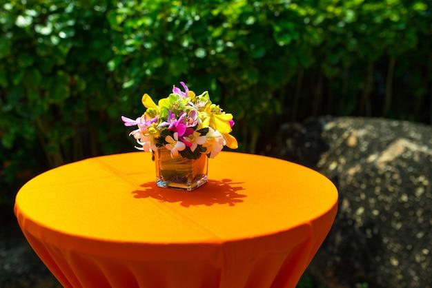 Décor d'orchidée coloré sur le dîner de mariage en inde