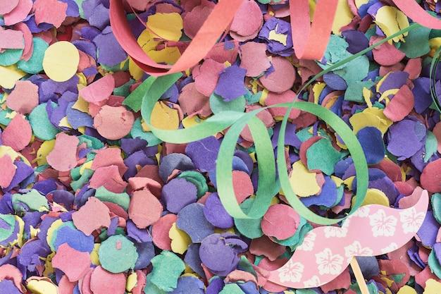 Décor de papier et confettis
