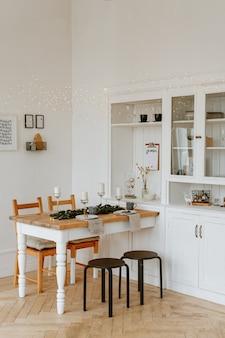 Décor de salle à manger de noël aux couleurs vives.