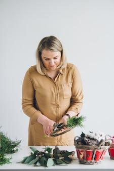 Décorateur de fleuriste faisant la guirlande de noël