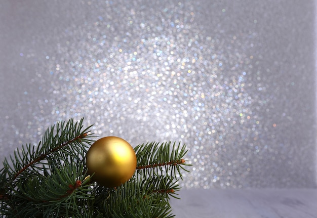 Décoratif avec des branches de sapin et des boules d'or sur l'argent. carte de noël holiday concept