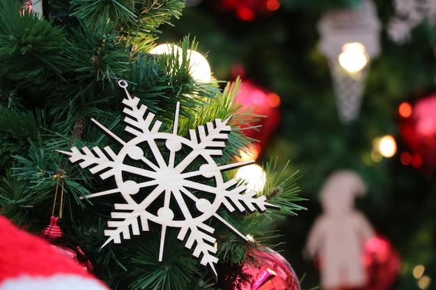 Décoration d'accessoires de noël sur la célébration de l'arbre pour noël et la bonne année
