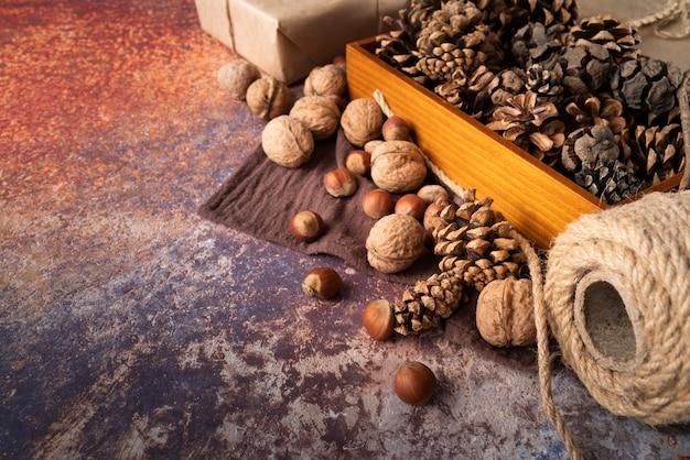Décoration à angle élevé avec des noix et des pommes de pin
