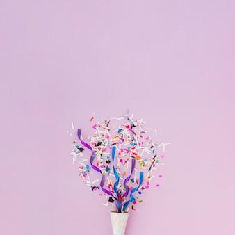 Décoration d'anniversaire avec des confettis