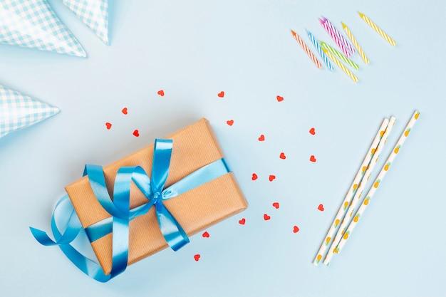 Décoration d'anniversaire vue de dessus sur fond bleu