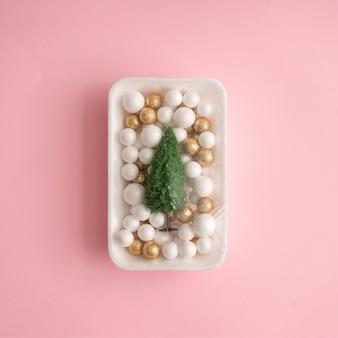 Décoration d'arbre de noël et de boule emballée dans une pellicule plastique.