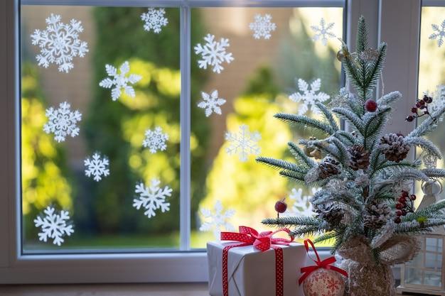 Décoration d'arbre de noël sur le rebord de la fenêtre.