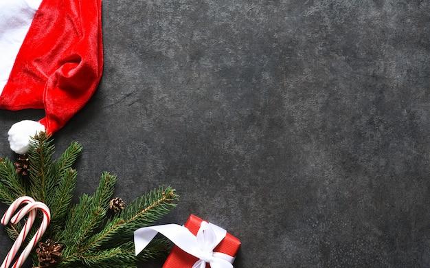 Décoration au sapin et cadeaux sur fond noir.